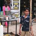 Photos: ジュースを売る少年