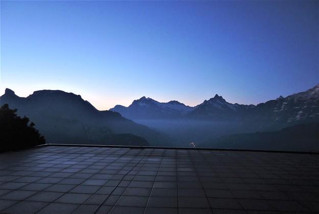 山の夜明け
