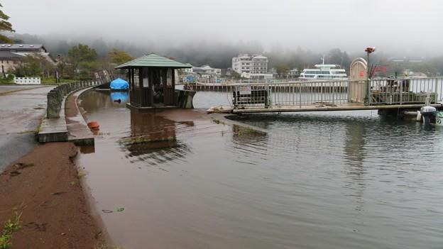 水位上昇中の芦ノ湖