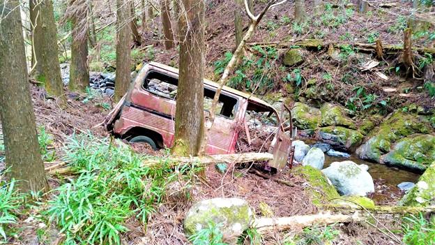 清川村山中の放置車両
