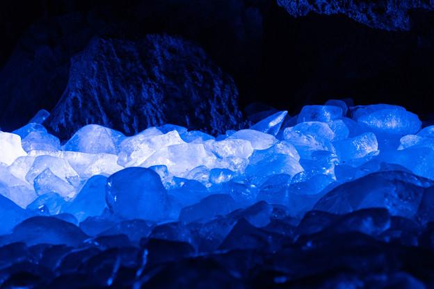 ライトアップされている氷