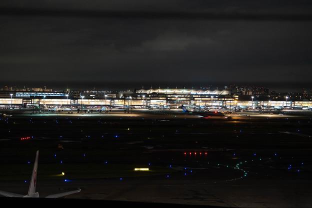第一ターミナルから国内線ターミナルを見る