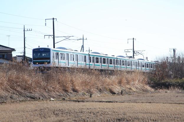 冬の田園風景を行く水戸線E501系