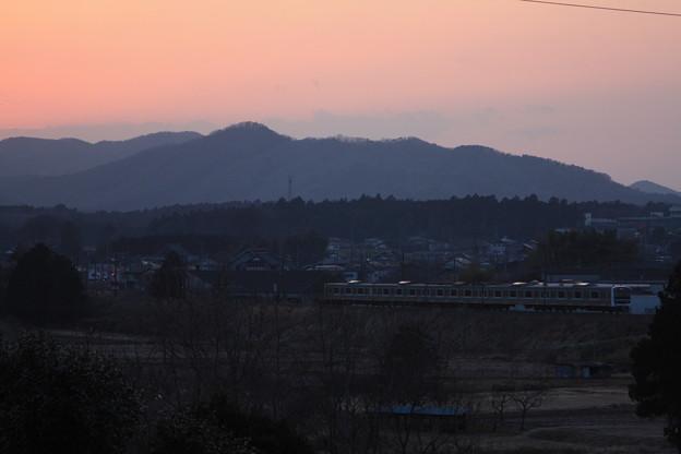 夕陽をバックに走る水戸線E501系