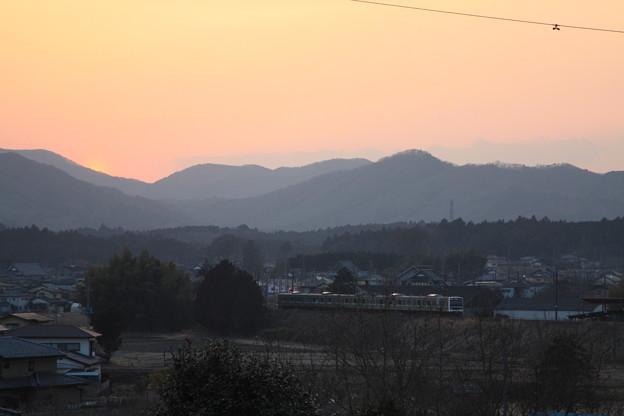夕陽をバックに走る水戸線E501系 (1)