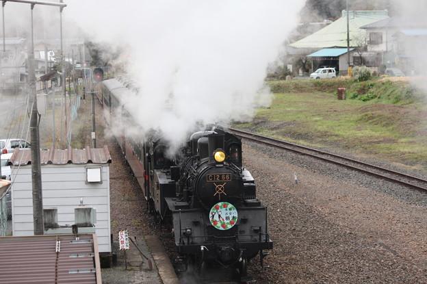茂木駅構内でバックして入れ換えを行うSLもおかC12 66 (2)