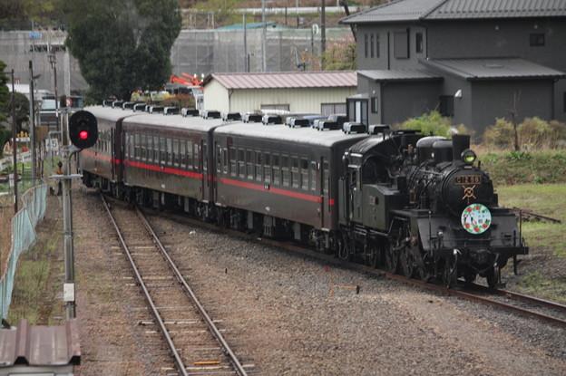 茂木駅構内で入れ換えを行い機回し線に入るSLもおかC12 66