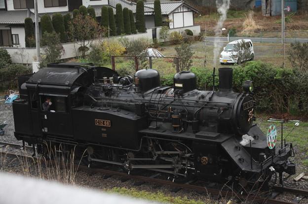 茂木駅構内で客車と切り離し転車台へ向かうC12 66 (1)