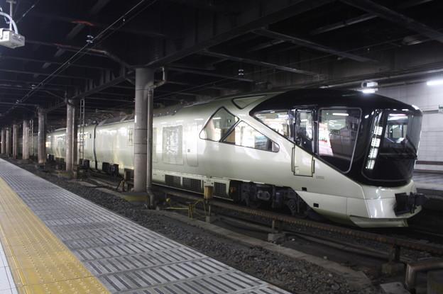 上野駅13番線に停車中のE001系四季島 (1)