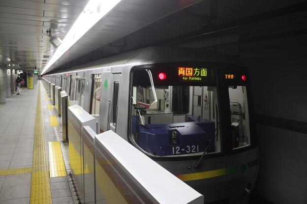都営大江戸線 12-000形12-321F 飯田橋方面 行 (1)