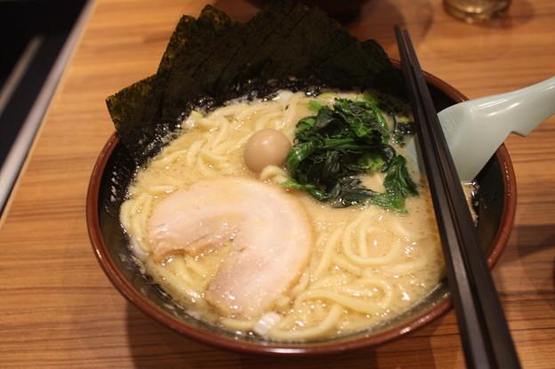 横浜家系ラーメン 醤油とんこつラーメン海苔トッピング