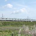 春の田園風景を通過する水戸線E501系