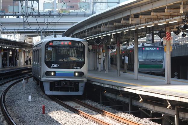 大崎駅6番線から発車するりんかい線70-000形Z3編成 各駅停車 新木場 行 (1)