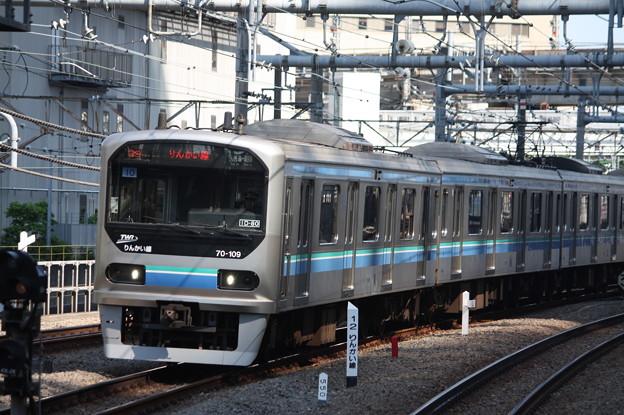 大崎駅6番線に到着するりんかい線70-000形Z10編成 各駅停車 大崎 行