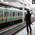 上野駅9番線で入線合図を待つ女性駅員