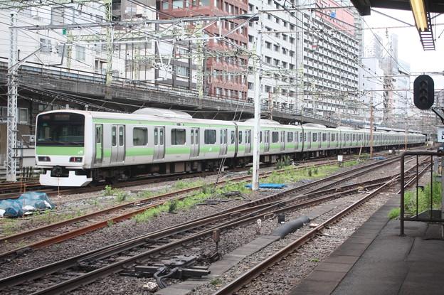 品川駅1番線を発車する山手線E231系500番台トウ547編成