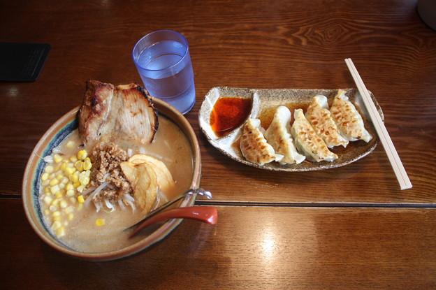 味噌屋めん吉 札幌味噌ラーメン チャーシュー・コーン トッピング & 餃子