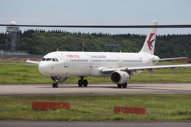 成田空港RWY16Lへをタキシングする中国東方航空 A321-200 B-2290