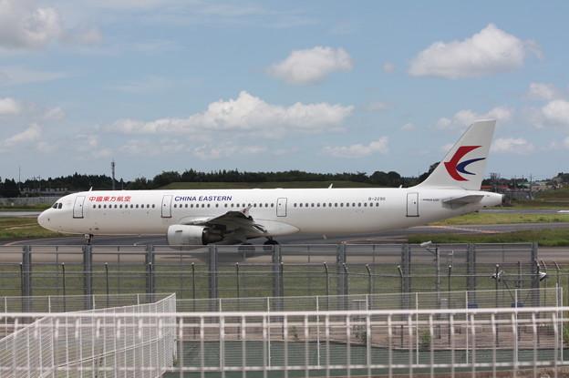 成田空港RWY16Lへをタキシングする中国東方航空 A321-200 B-2290 (1)