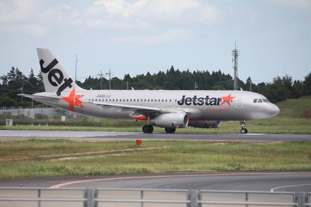 成田空港RWY16Lを離陸するジェットスタージャパン A320-200 JA11JJ