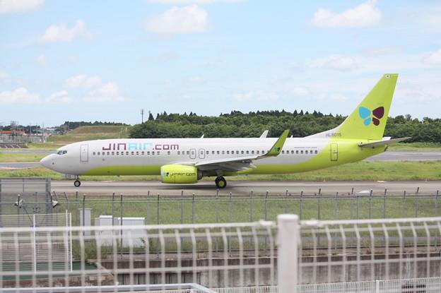成田空港RWY16Lにタキシングするジンエアー B737-800 HL8015 (1)