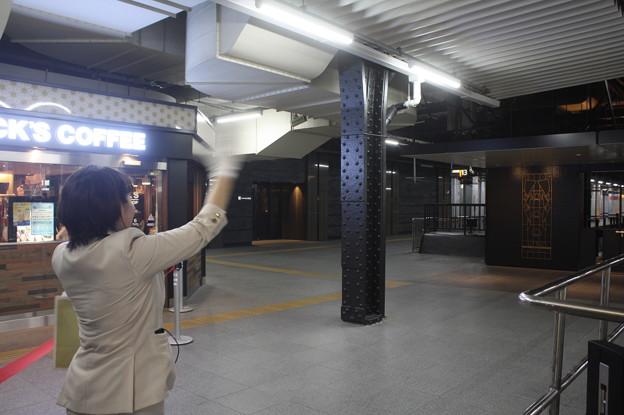 四季島発車時に手を振って見送りをするアテンダント (5)