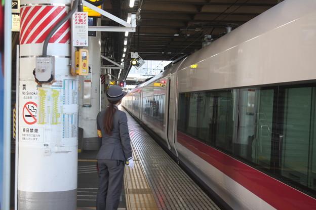 上野駅9番線の女性駅員 特急ときわ58号品川行停車中 (4)