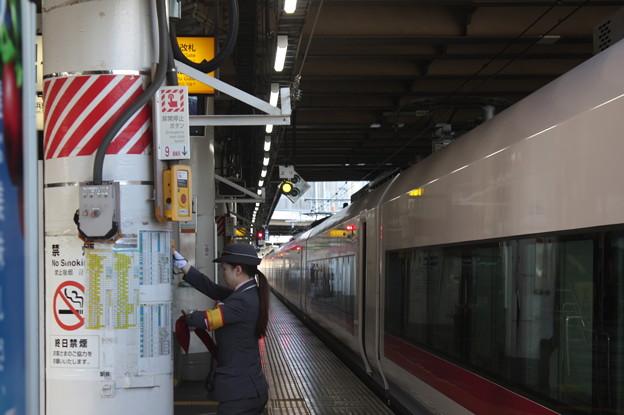 上野駅9番線の女性駅員 特急ときわ58号品川行停車中 (5)