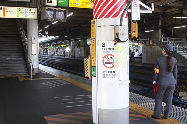 上野駅9番線にいる女性駅員 (1)