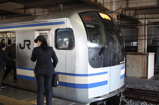 乗務を待つ横須賀線の女性運転士