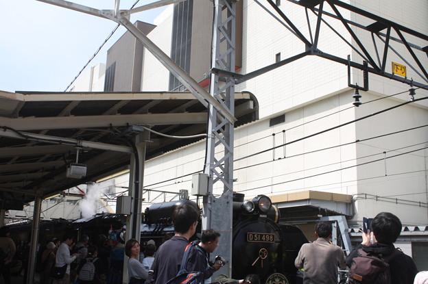 高崎駅でSLレトロぐんまよこかわを撮影するギャラリー達
