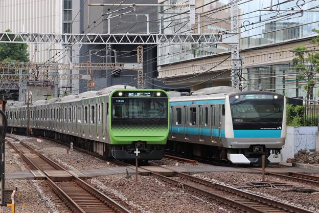 山手線E235系トウ40編成・京浜東北線E233系1000番台サイ105編成 並走