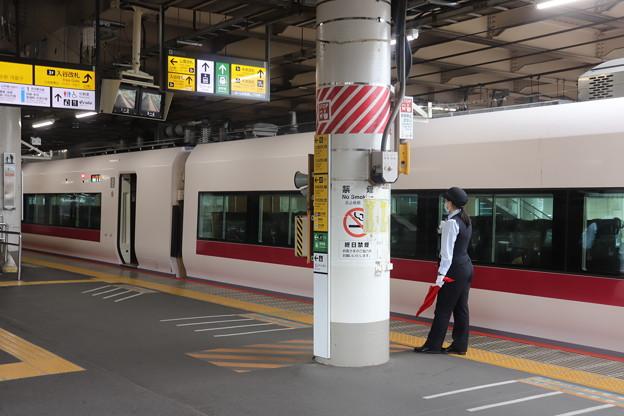 上野駅で発車合図をする女性駅員 特急ときわ58号発車待ち