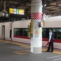 Photos: 上野駅で発車合図をする女性駅員 特急ときわ58号発車待ち