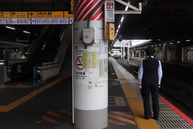 上野駅で発車合図をする女性駅員