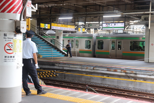 上野駅ホームで待機する男性駅員