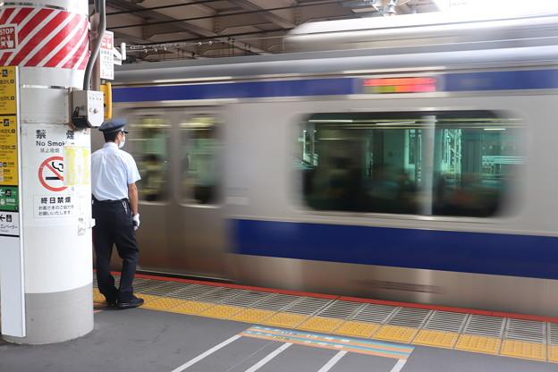 上野駅ホームで待機する男性駅員 常磐線中距離電車入線