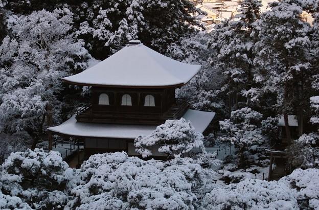 37.高台から見た雪化粧した銀閣観音堂