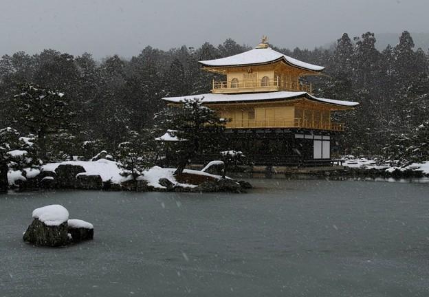 04.雪化粧した鏡湖池と金閣寺舎利殿 その2