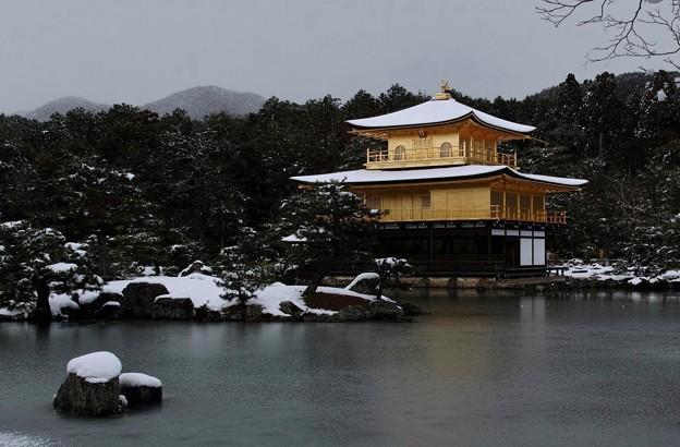 15.雪化粧した鏡湖池と金閣寺舎利殿 その4