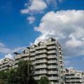 集合住宅に青い空・・・