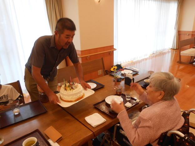 孫のプレゼントのケーキに喜ぶ