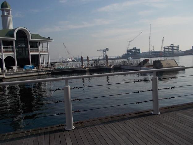 横浜港ベイブリッジが遠くに見えます
