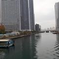 正面の運河の水門の向こうは東京湾