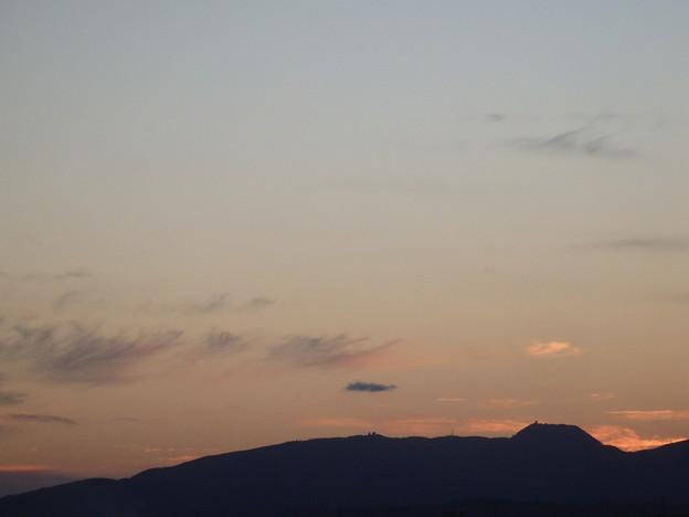 夕暮れ時の風景 男鹿の山が見える