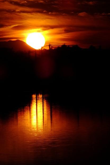 Photos: 長野県茅野市蓼科湖で夕陽を撮影しましたが、海の漁港に日が沈む雰囲気を意識して撮影しましたf(^_^)