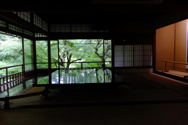 先日掲載しました瑠璃光院の美しい新緑、美しいテーブルの別角度からの撮影