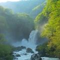 轟音の地震滝
