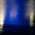 写真: 海辺に映る銀世界