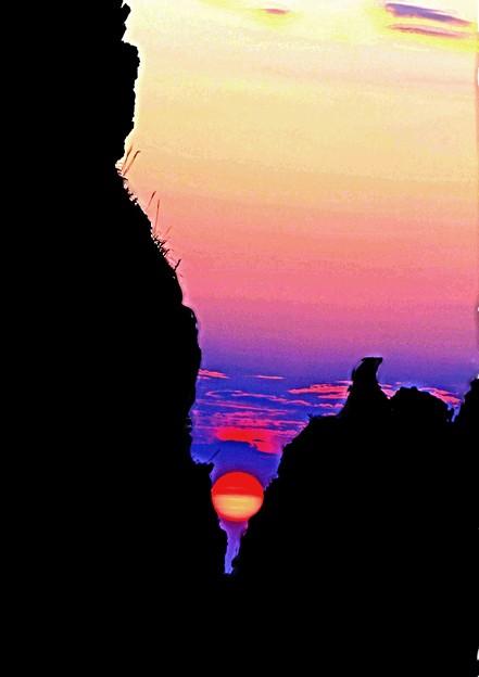 岩間に沈む
